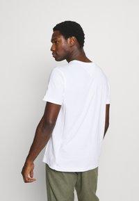 Tommy Hilfiger - MODERN ESSENTIALS PANELED TEE - Basic T-shirt - white - 2