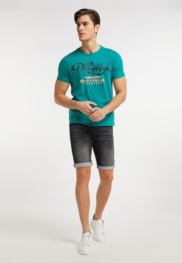 T-shirt con stampa - swamp green