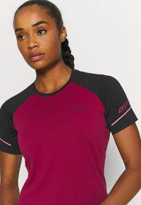 Dynafit - ALPINE PRO TEE - Print T-shirt - black out/beet red - 3