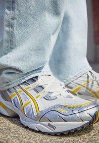 ASICS SportStyle - GEL-1090 - Sneakersy niskie - white/saffron - 2