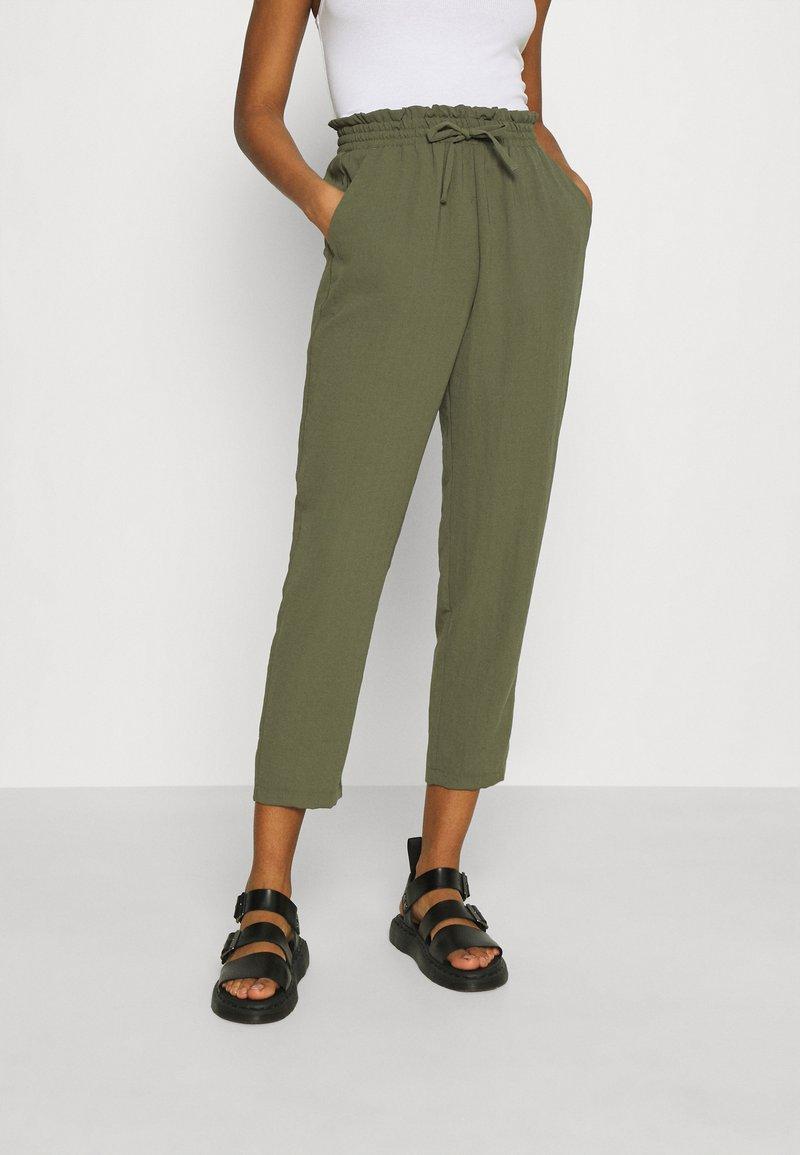 Vero Moda - VMKENDRAKARINA PANT - Trousers - ivy green