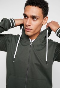 Tiffosi - AGUIRRE - Zip-up hoodie - forest night - 3