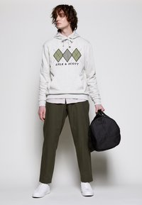 Lyle & Scott - APPLIQUE HOODIE RELAXED FIT - Mikina skapucí - vanilla ice marl - 3