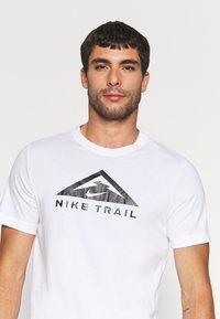 Nike Performance - TEE TRAIL - Camiseta estampada - white - 3