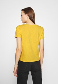 Madewell - MWELL WHISPER V NECK TEE - Basic T-shirt - nectar gold - 2