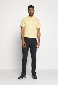 Nike Golf - DRY VICTORY SOLID - Funkční triko - celestial gold/white - 1