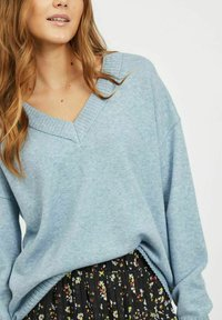 Vila - VIRIL OVERSIZE V NECK - Stickad tröja - ashley blue - 3