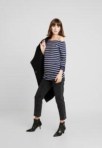 Anna Field MAMA - T-shirt à manches longues - off-white/dark blue - 1