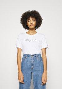 Tommy Hilfiger - REGULAR OPEN SCRIPT TEE - T-shirts print - white - 0