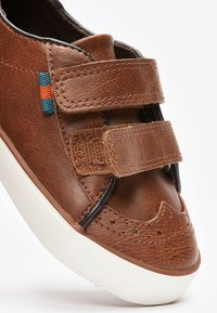 Next - TAN BROGUE STRAP TOUCH FASTENING SHOES (YOUNGER) - Baby shoes - brown - 3