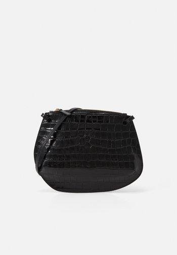 PEBBLE CROSSBODY - Taška spříčným popruhem - black