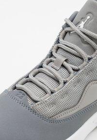 Jordan - MAX AURA 2 UNISEX - Basketbalové boty - medium grey/white/cool grey - 5