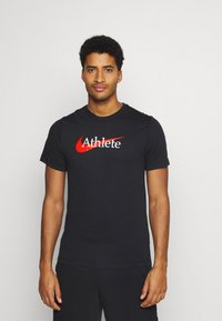 Nike Performance - TEE ATHLETE - T-shirt med print - black/team orange - 0