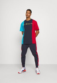 Karl Kani - ORIGINALS BLOCK TEE - Print T-shirt - navy - 1
