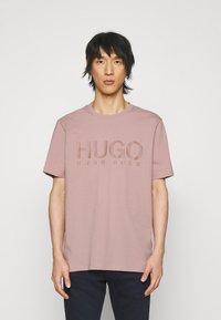 HUGO - DOLIVE - Print T-shirt - light/pastel brown - 0