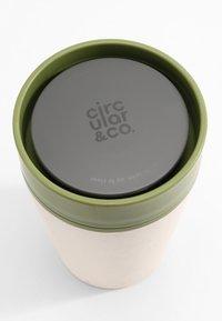 Circular&Co - KAFFEEBECHER TO GO MIT DECKEL - 227ml - Other accessories - weiß / grün - 2