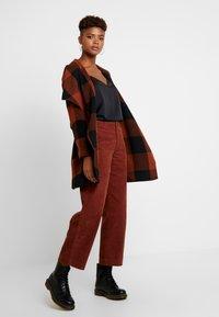 ONLY - ONLFREYA DRAPY CHECK COAT - Short coat - ginger bread/black - 3