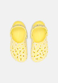 Crocs - CLASSIC VACAY VIBES - Mules - yellow - 4
