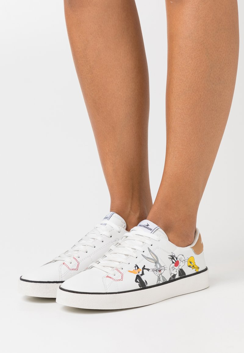 MOA - Master of Arts - FLIPS LOONEY TUNES CHARACTERS - Trainers - white