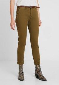 Scotch & Soda - WITH GIVEAWAY BELT - Chino kalhoty - military green - 0