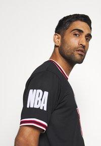 New Era - NBA CHICAGO BULLS OVERSIZED APPLIQUE TEE - Klubové oblečení - black - 5