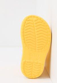 Crocs - CROCBAND RAIN BOOT - Botas de agua - yellow/navy - 5