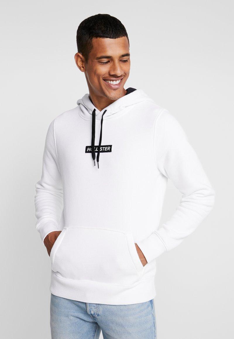 Hollister Co. - CENTERBOX LOGO - Jersey con capucha - white