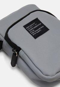 Lindex - BAG CROSSBODY REFLECTIVE - Taška spříčným popruhem - silver - 3