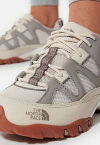 The North Face - W ARCHIVE TRAIL FIRE ROAD - Løbesko trail - pink tint/mineral grey - 0