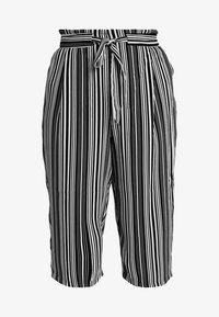 New Look Curves - VINNIE STRIPE EMERALD TIE WAIST CROP - Pantalones - black pattern - 3