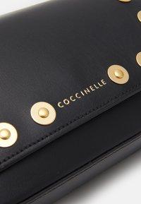 Coccinelle - MINI BAG - Taška spříčným popruhem - noir - 3