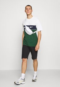 Reebok Classic - LINEAR TEE - Print T-shirt - chalk - 1