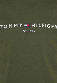 Tommy Hilfiger - LOGO TEE - Printtipaita - olivewood - 2