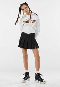 Bershka - MIT KELLERFALTEN - Pleated skirt - black - 1