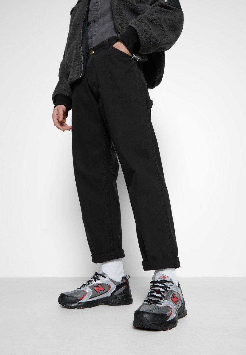 New Balance - MR530 - Sneakersy niskie - black/red