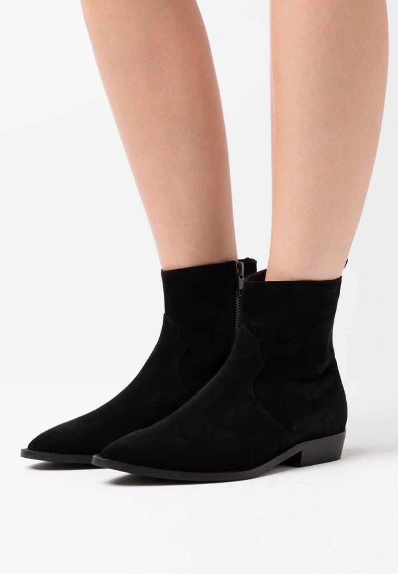 Selected Femme - SLFABIGAIL CLEAN - Cowboy/biker ankle boot - black