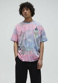 PULL&BEAR - RICK & MORTY - Print T-shirt - rose - 0