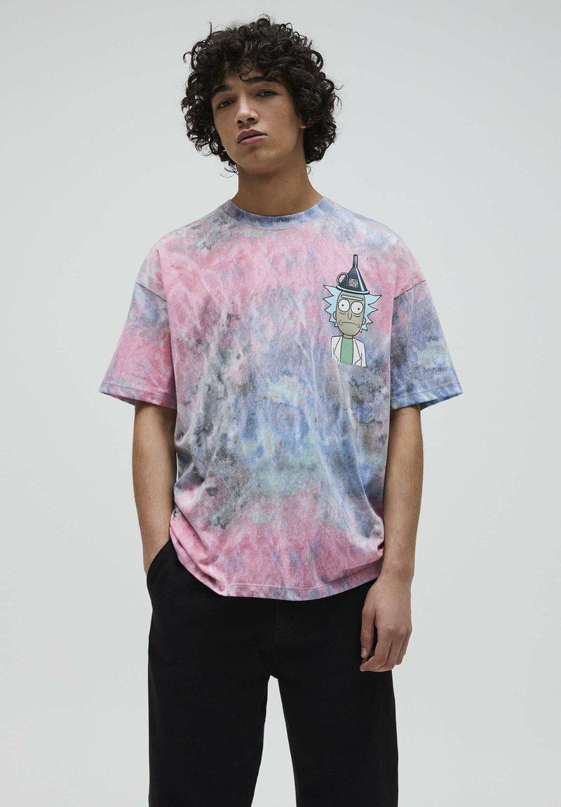 PULL&BEAR - RICK & MORTY - Print T-shirt - rose