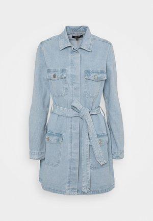 UTILITY POCKET BELTED DENIM DRESS - Robe en jean - light blue