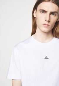 Holzweiler - HANGER TEE - Basic T-shirt - white - 4
