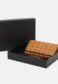 MCM - VISETOS ORIGINAL SMART PHONE CASE - Wallet - cognac - 3