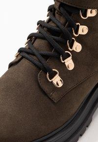 Miss Selfridge - BRIGHT BUCKLE DETAIL HIKER - Kotníkové boty na platformě - khaki - 2