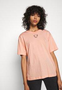 Monki - TOVI TEE - Print T-shirt - orange dusty light - 3