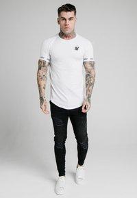 SIKSILK - RAGLAN TECH TEE - T-shirt print - white - 1