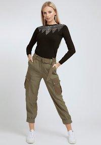Guess - SATIN - Cargo trousers - grün - 1