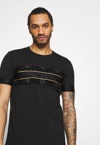 Glorious Gangsta - BARCO TEE - Print T-shirt - black/gold - 3