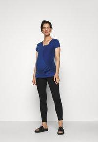 MAMALICIOUS - MLSHANA TESS CAP - Camiseta estampada - mazarine blue - 1