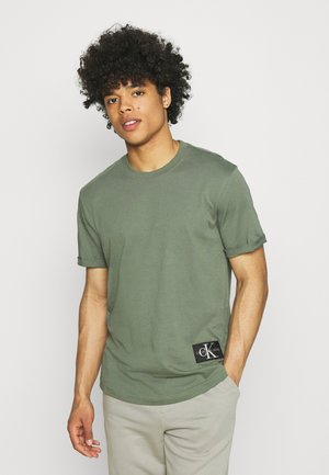 BADGE TURN UP SLEEVE - Jednoduché triko - duck green