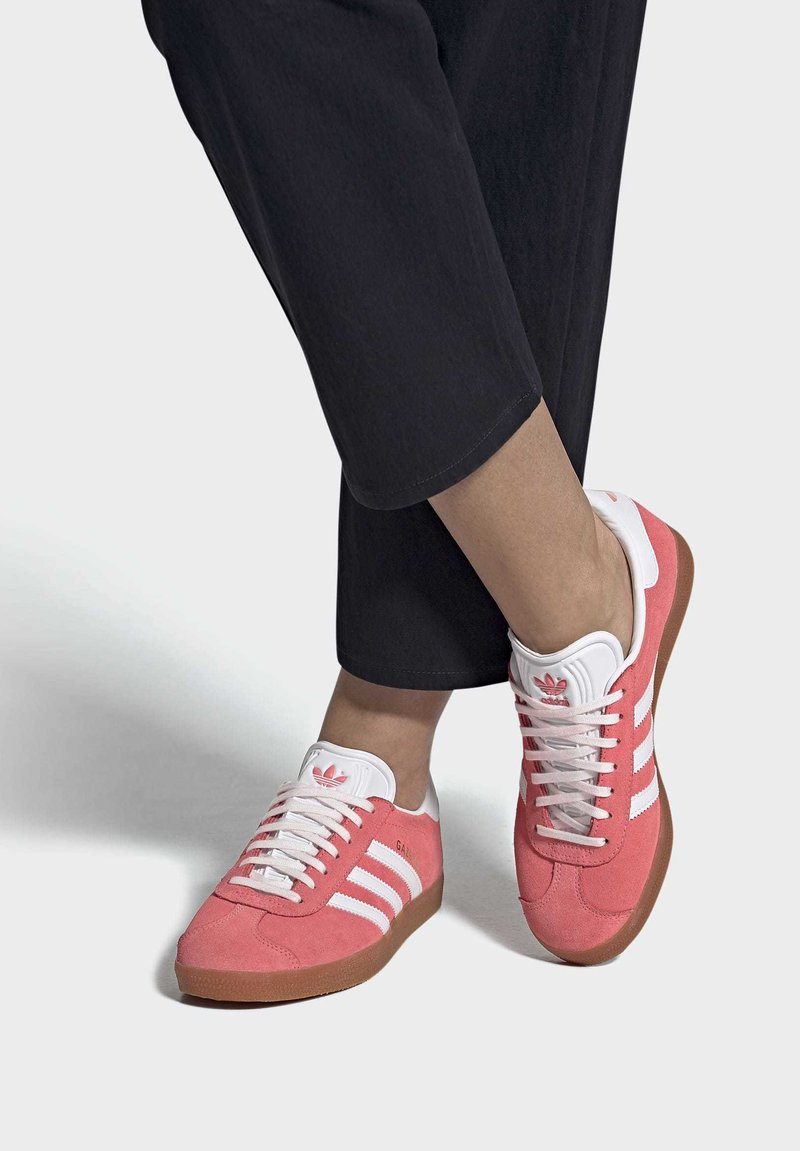 adidas Originals - GAZELLE SHOES - Sneakers laag - red