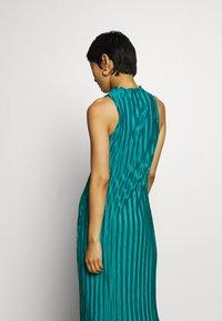 Who What Wear - PLISSE DRESS - Společenské šaty - emerald - 3